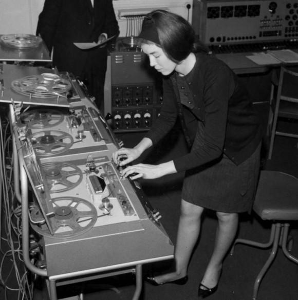 Delia Derbyshire trabajando en el BBC Radiophonic Workshop