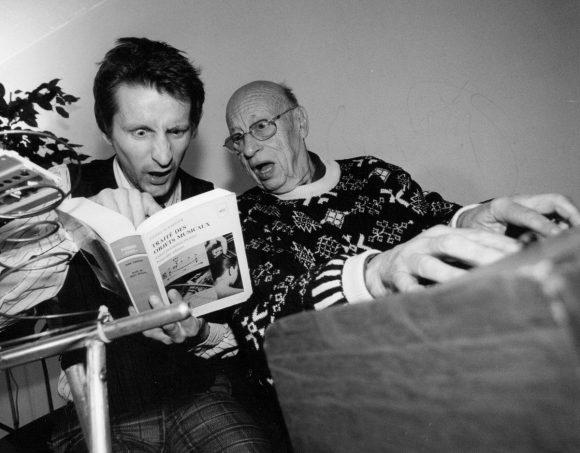Foto de David Chazam y Jean-Jacques Perrey sorprendidos viendo un libro