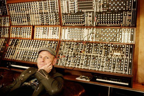 El productor Junkie XL sentado frente a un synth modular